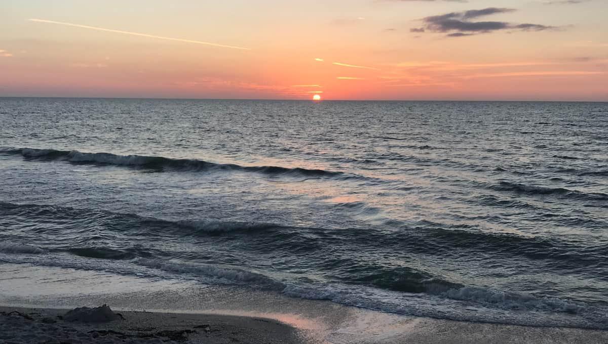 Beach_sunset_at_Manasota_Key_Florida_terrenosnaflorida-com_shutterstock_1010591977_1200x680