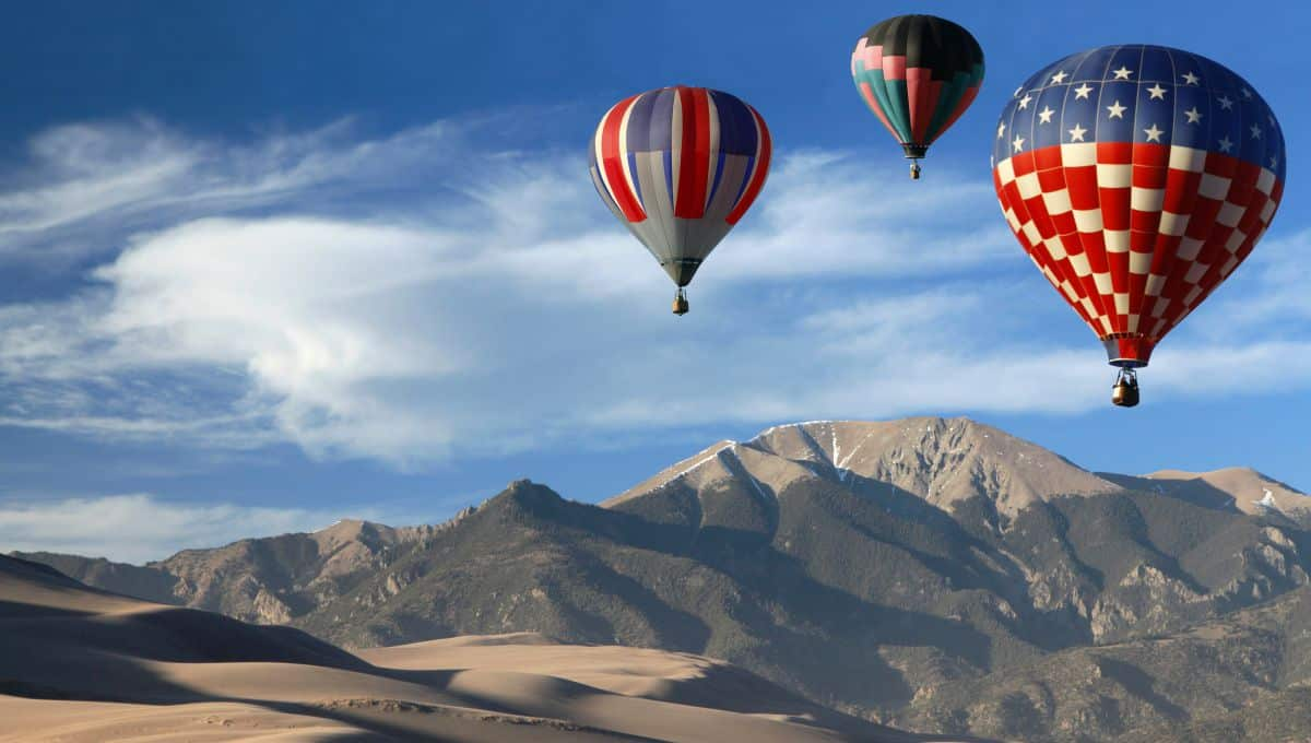 Hot_Air_Balloons_Over_Colorado_Landscape_terrenosnaflorida-com_shutterstock_93198634_1200x680