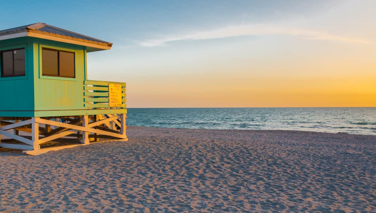 Lifeguard_Tower_in_Venice_Beach_Florida_at_sunset_terrenosnaflorida-com_shutterstock_463844444_1200x680