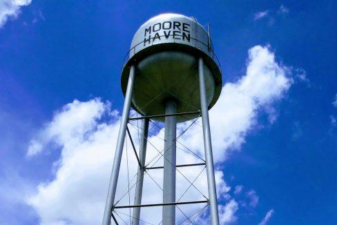Moore_Haven_Water_Tower_Clewiston_FL_terrenosnaflorida-com_shutterstock_1149152312_1200x680