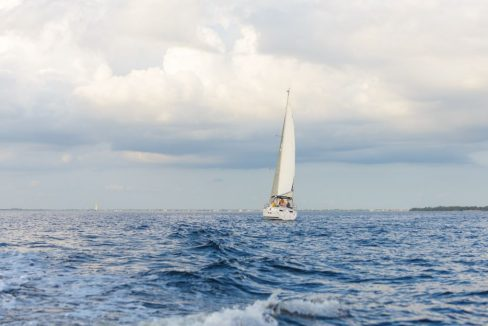 Sailboat_on_Port_Charlotte_Harbor_Florida_terrenosnaflorida-com_shutterstock_127448513_1200x680