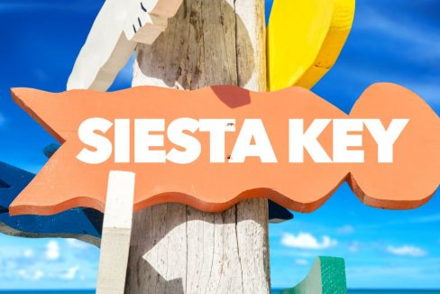 Siesta_Key_welcome_sign_with_beach_terrenosnaflorida-com_shutterstock_377969530_1200x680