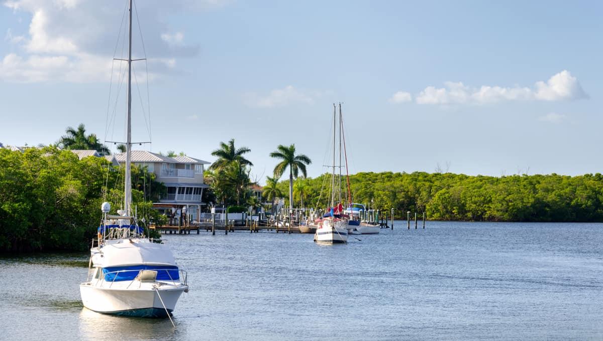 Small_boats_in_the_small_palm_bay_terrenosnaflorida-com_shutterstock_238154797_1200x680